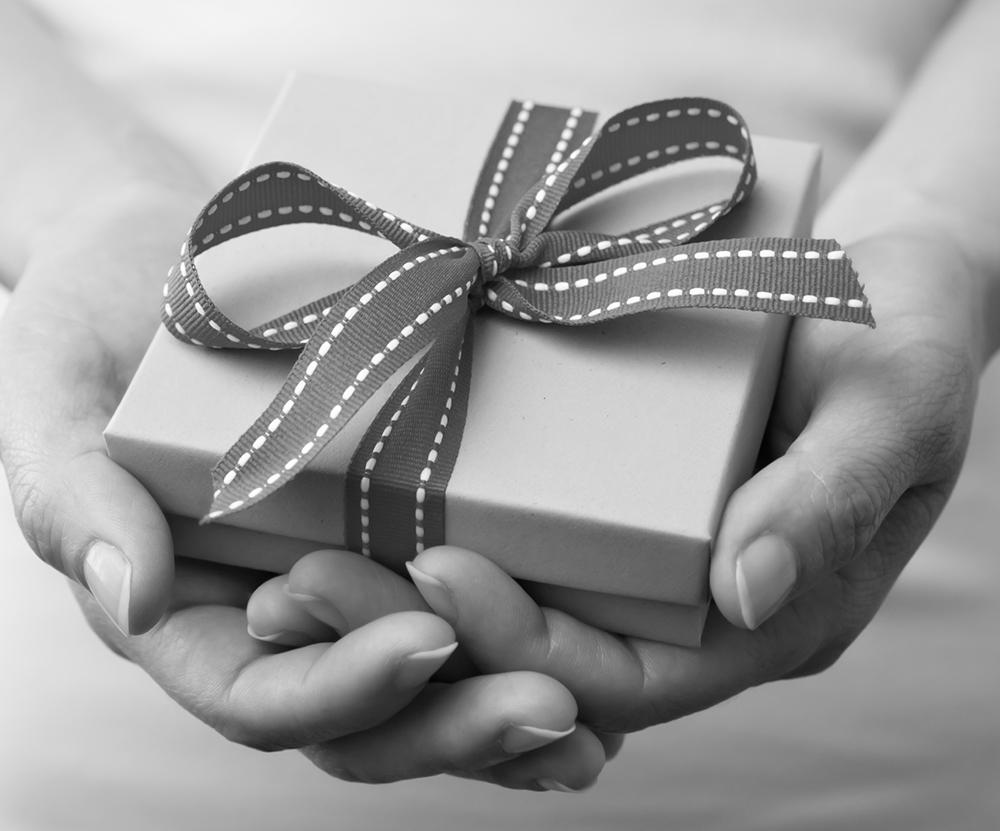 un notaire présente un contrat de donation à une association, donation notaire Hyères