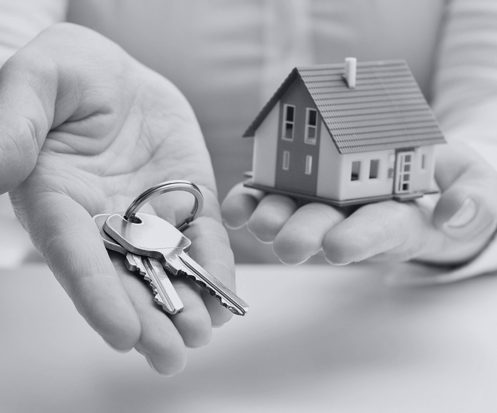 main qui tend une clé pour achat nouvelle maison neuve