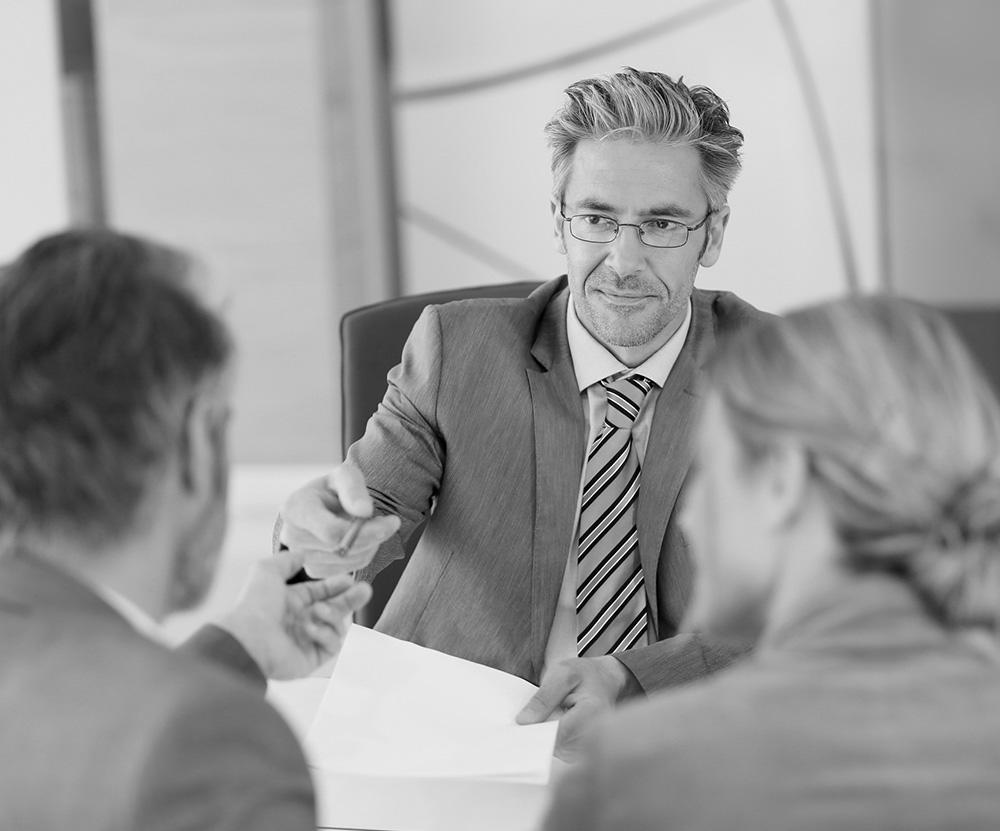 un notaire fait signer la succession du patrimoine à un client